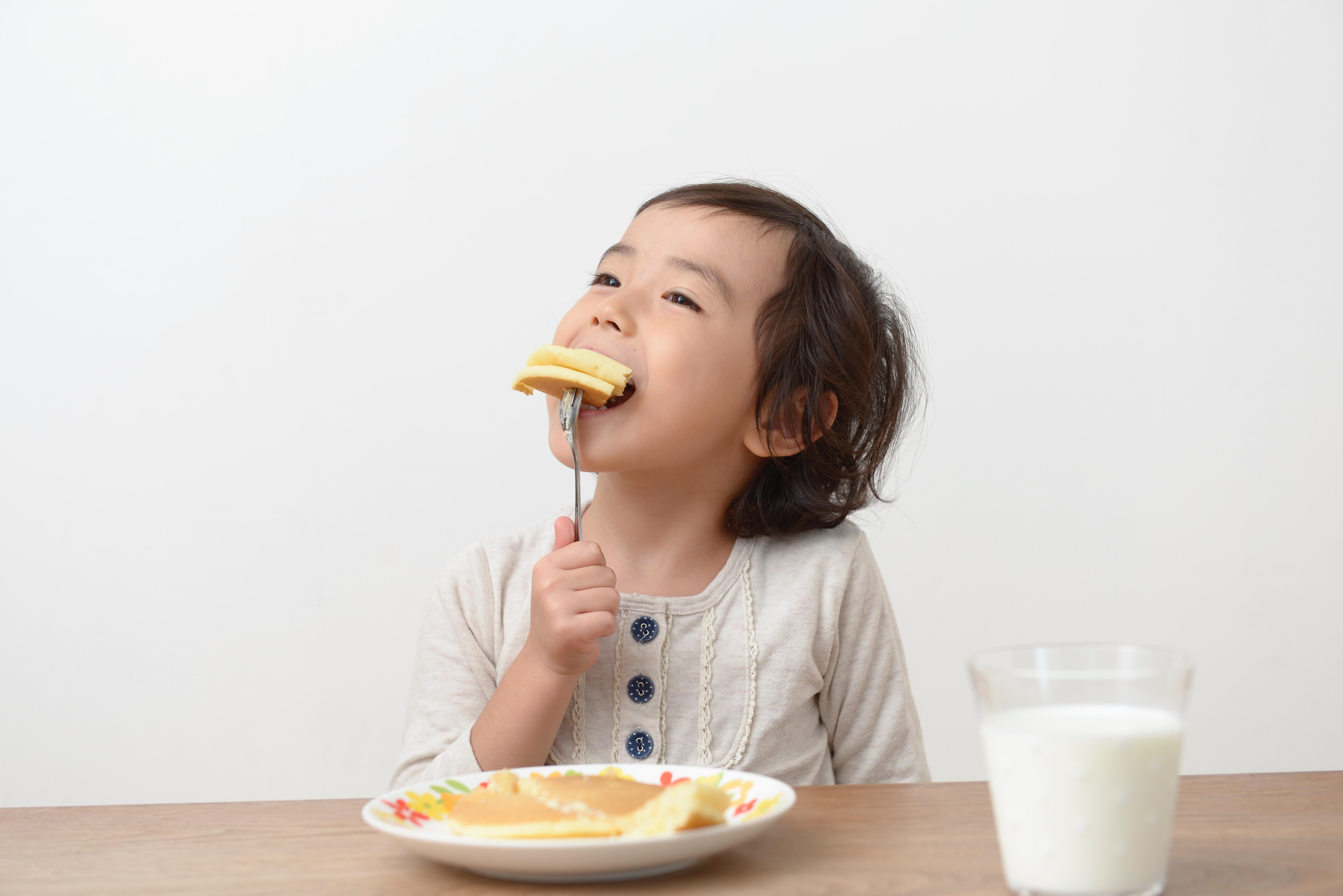 ホットケーキ食べる子ども.jpg