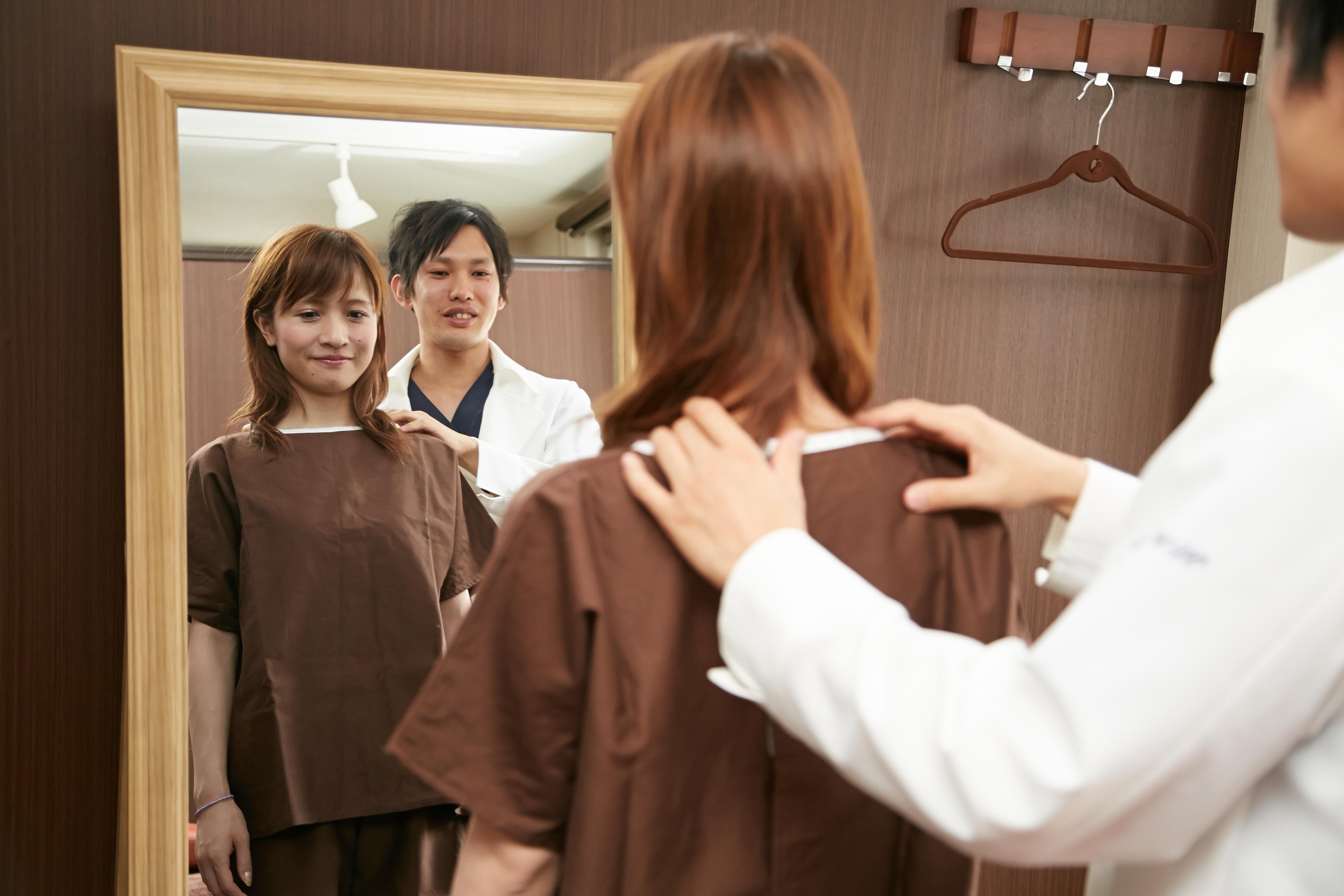鏡の前で肩の検査.jpg